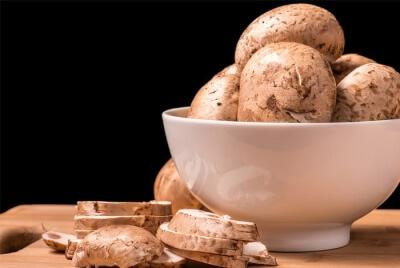 Бутерброды с грибами, брокколи и красным перцем под сыром