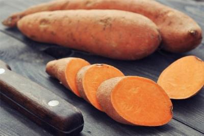 Сладкий картофель и шпинат с цельнозерновым хлебом