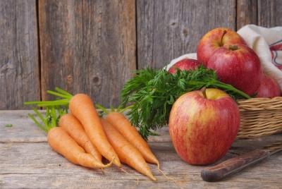 Простой салат из моркови и яблока