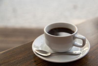 Ограничьте кофеин и употребление алкоголя